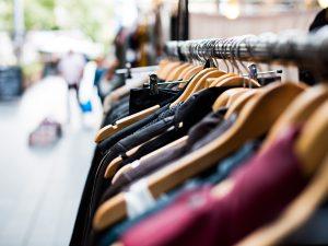 mode faire tache portant vêtements dans la rue