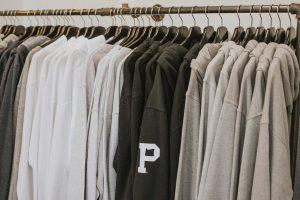 mode faire tache portant de hoodies gris