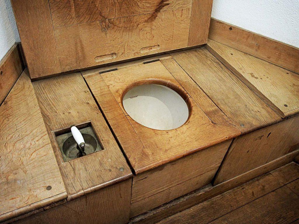 pipi comment toilettes planche bois
