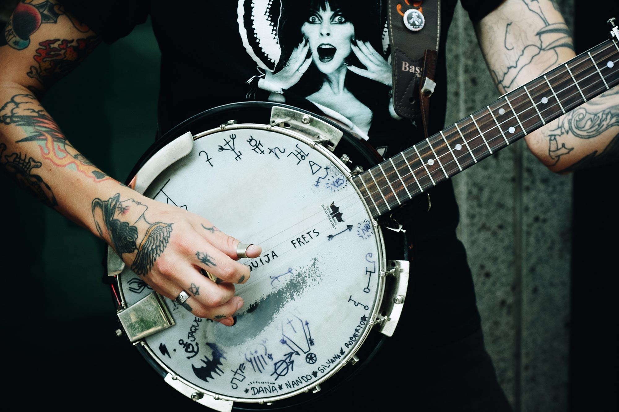 Homme tatouage jouant banjo