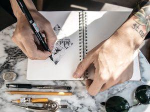 art du tatouage homme dessine tatouage inscrit dans un losange