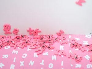 genre - lettres roses