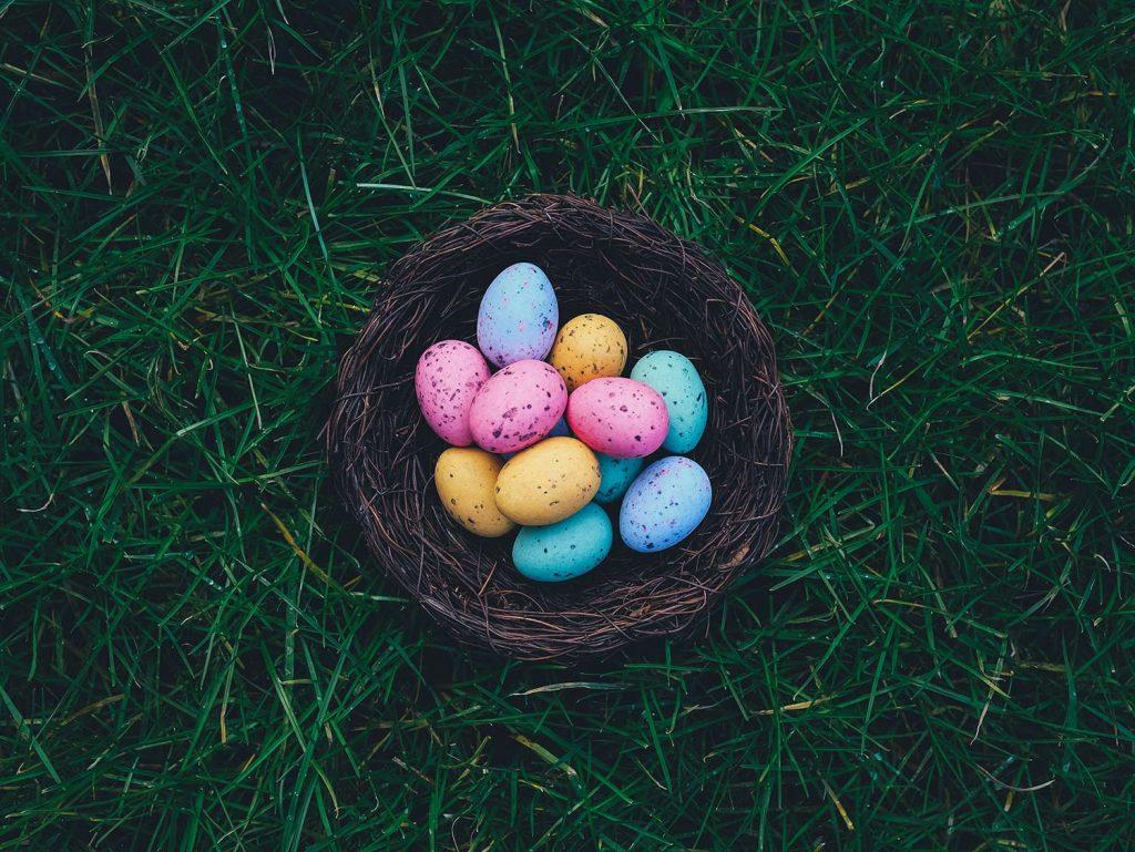 pourquoi le lapin de paques nid avec oeufs décorés dans l'herbe